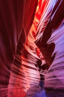 Schöne weitwinkelansicht der erstaunlichen sandsteinformationen im berühmten antelope canyon an einem sonnigen tag mit blauem himmel nahe der altstadt von page am lake powell