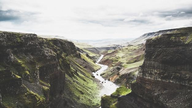 Schöne weitwinkelaufnahme von einem der vielen großen risse in der natur in der isländischen landschaft