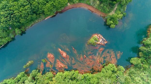Schöne wildnisnaturlandschaft des grünen waldes und des flusses für hintergrund
