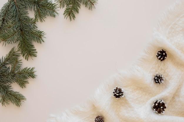Schöne winter-tannenzapfen auf stoff draufsicht