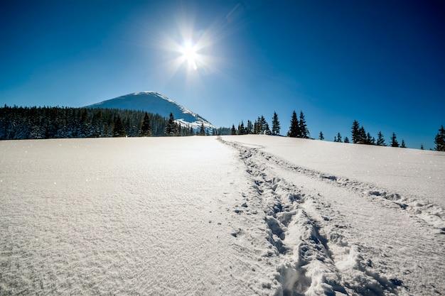 Schöne winterlandschaft in den bergen mit schneeweg in der steppe