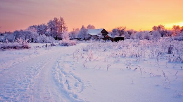Schöne winterlandschaft mit schnee bei sonnenuntergang