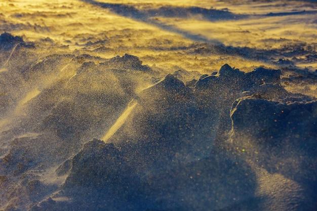Schöne winterlandschaft mit schneebedecktem schneesturm, sonnenuntergangschneeblizzard