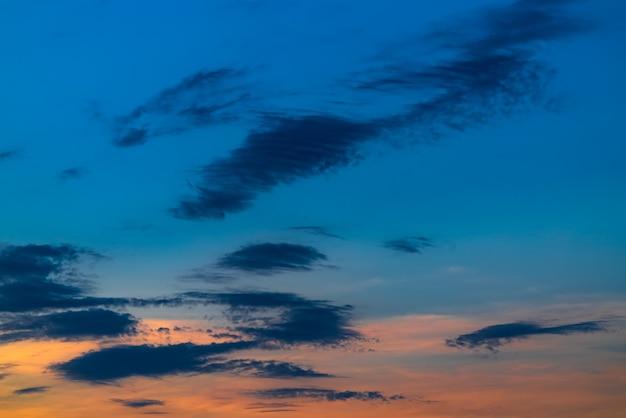Schöne wolken am abendhimmel