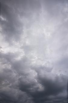Schöne wolken des starken regens