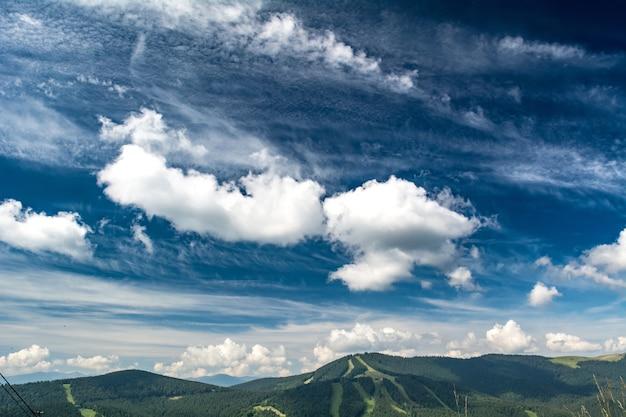 Schöne wolken über den ukrainischen karpaten