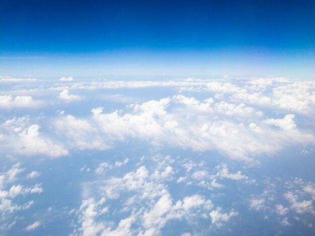 Schöne wolken und blauer himmel vom flugzeug.