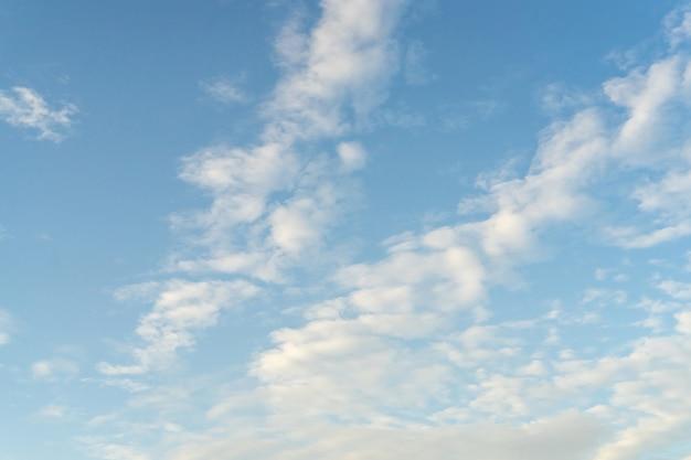 Schöne wolken und blauer himmel. weicher himmel mit weichen wolken für den hintergrund.