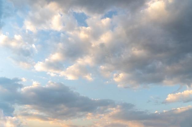 Schöne wolken und blauer himmel. weicher himmel mit weichen wolken für hintergrund.