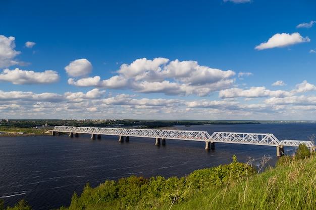 Schöne zeitraffer der eisenbahnbrücke über die wolga. sie verbindet zwei ufer über die wolga