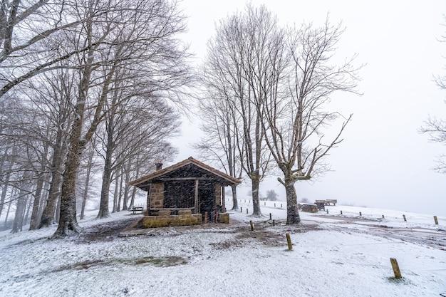 Schöne zuflucht des aizkorri-berges in gipuzkoa. schneelandschaft im winter schneit