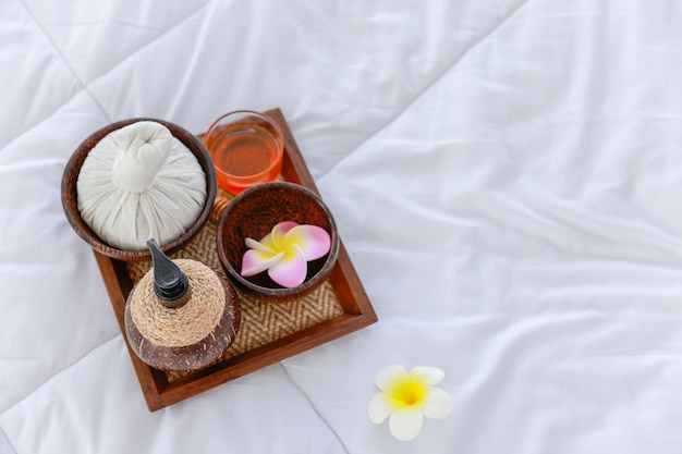 Schöne zusammensetzung der spa-behandlung auf holztisch im zimmer