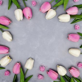 Schöne zusammensetzung mit den tulpen, die copyspace in der mitte lassen
