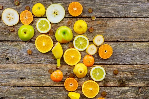 Schöne zusammensetzung von tropischen früchten auf hölzernem hintergrund