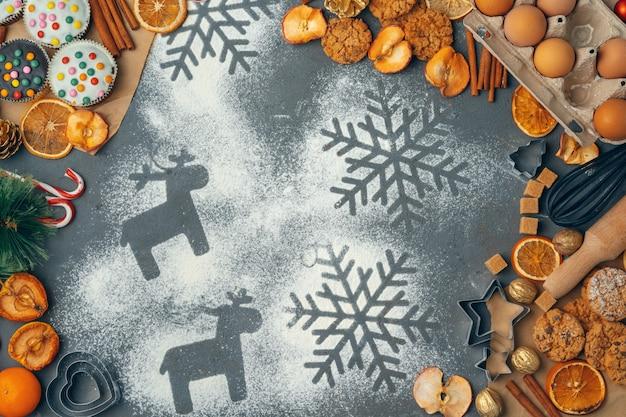 Schöne zusammensetzung von weihnachtsbonbons mit dekorationen