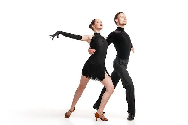 Schöne zwei professionelle künstler tanzen über weißem hintergrund