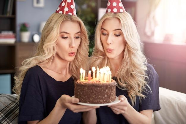 Schöne zwillinge, die den geburtstag feiern