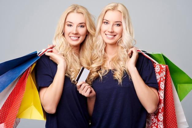 Schöne zwillinge nach großen einkäufen