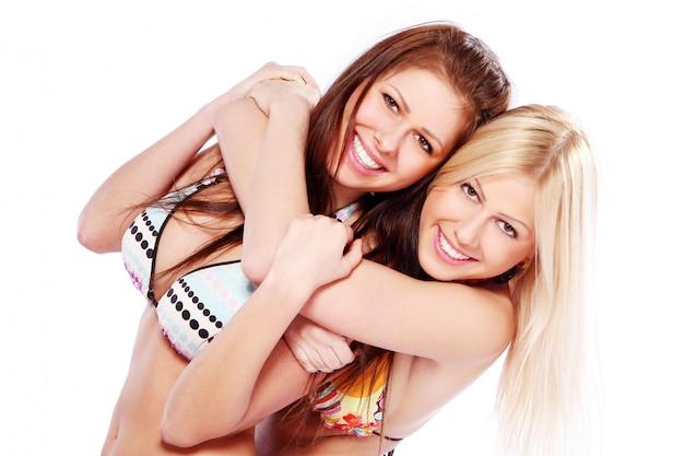 Schöne zwillingsschwestern auf weiß