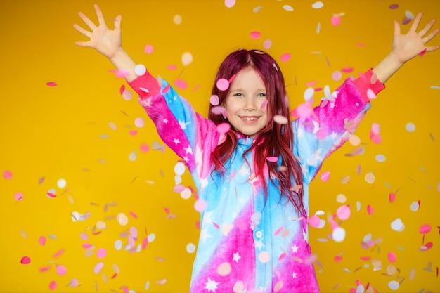 Schönen muttertag! die tochter des kindes gratuliert mutter und gibt ihr eine postkarte