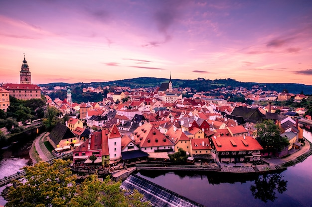 Schöner abendlicher panoramablick auf die stadt cesky krumlov