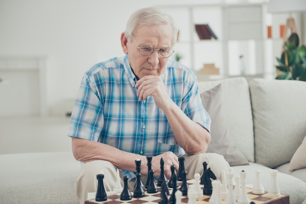 Schöner älterer mann, der schach spielt