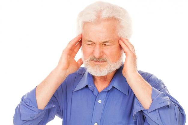 Schöner älterer mann mit kopfschmerzen