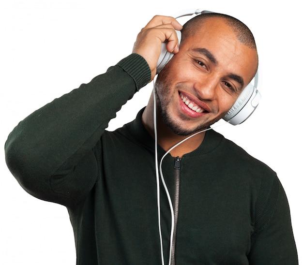Schöner afroamerikanischer mann hört musik