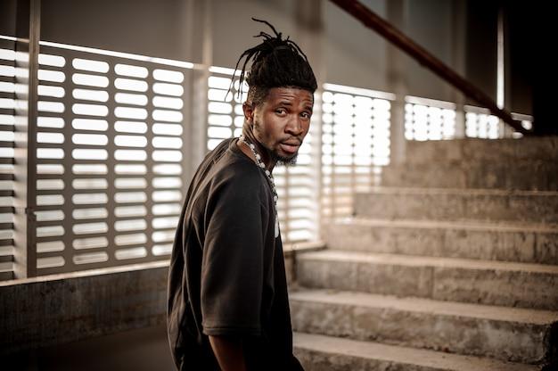 Schöner afroamerikanischer mann in schwarzer kleidung