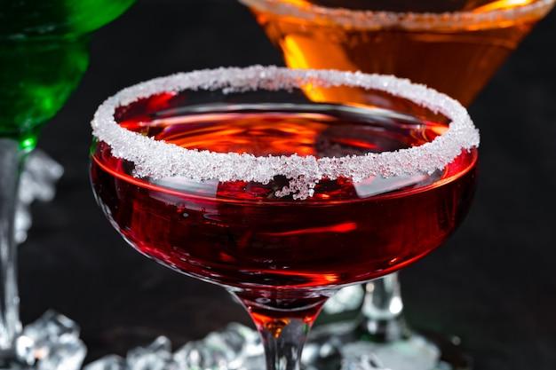 Schöner alkoholcocktail auf dunklem steintisch
