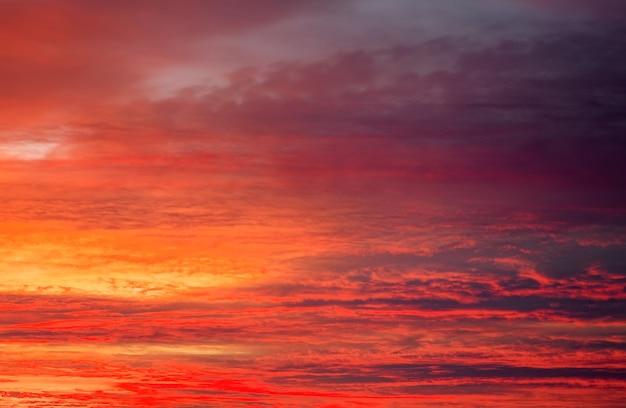 Schöner apokalyptischer feuriger sonnenunterganghimmel als hintergrund.