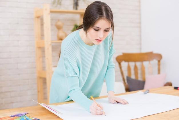 Schöner architekt konzentriert sich auf arbeit