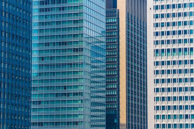 Schöner architekturbürogebäudewolkenkratzer mit fensterglasmuster