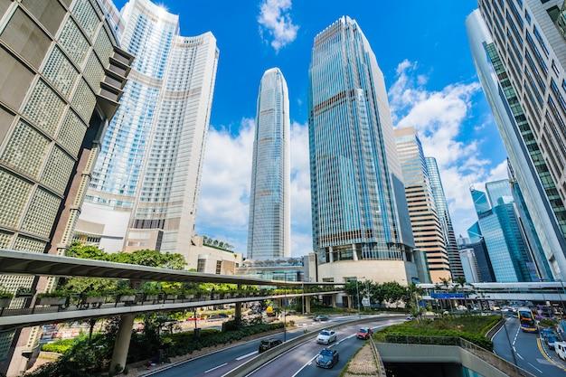 Schöner architekturgebäudewolkenkratzer in hong- kongstadt