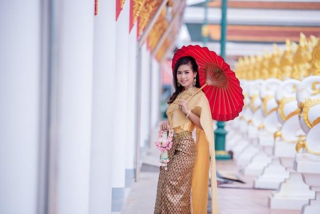 Schöner asiat mit willkommenem ausdruck. beauty fantasy thai frau.
