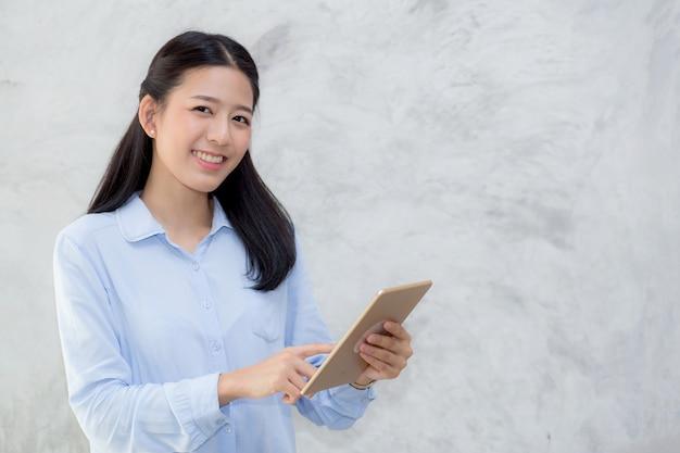 Schöner asiatischer frauennoten-tablet-computer.