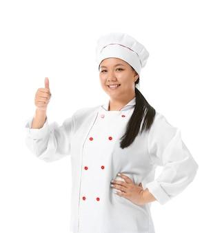 Schöner asiatischer koch, der daumen-oben-geste lokalisiert zeigt