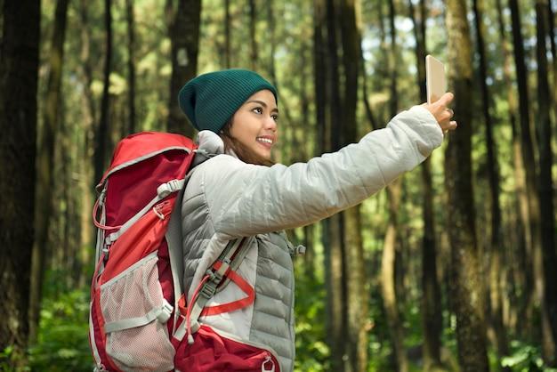 Schöner asiatischer tourist, der selfie mit ihrem telefon nimmt