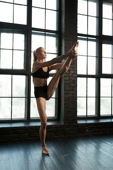 Schöner athletischer blonder tänzer und sportlerin mit schönem