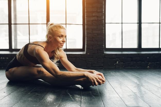 Schöner athletischer blonder tänzer und sportlerin