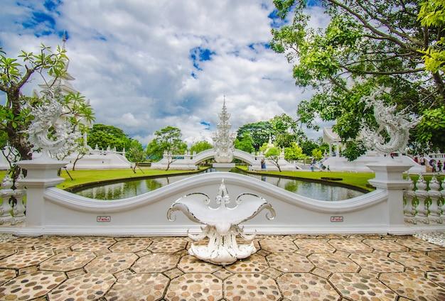 Schöner aufwändiger weißer tempel gelegen in chiang rai nordthailand