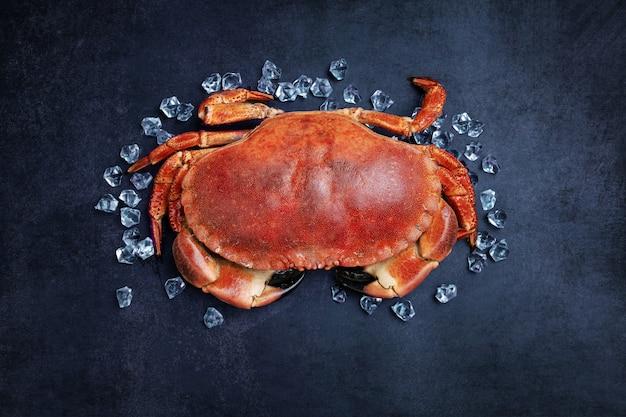 Schöner ausgeschnittener krabbenkuchen auf einem schwarzen tisch