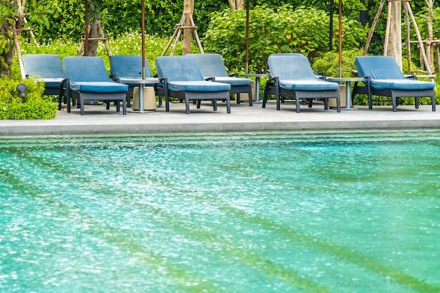 Schöner außenpool im hotel und resort mit liegestuhl und liegefläche für den freizeiturlaub