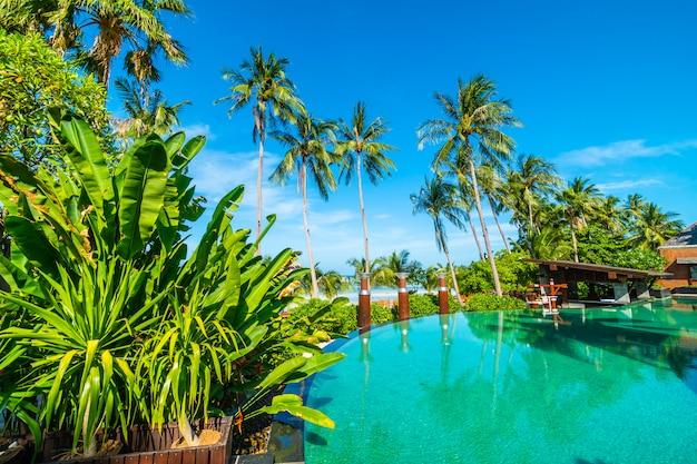 Schöner außenpool mit kokospalme