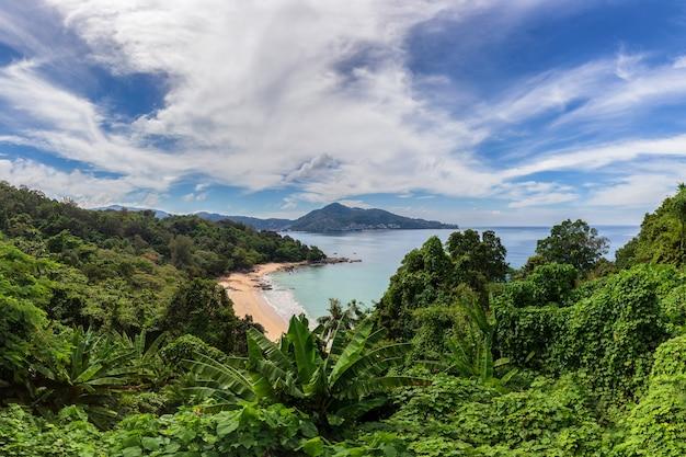 Schöner aussichtspunkt, der einen panoramablick auf die sandstrände der insel phuket an sonnigen tagen, phuket, thailand bietet