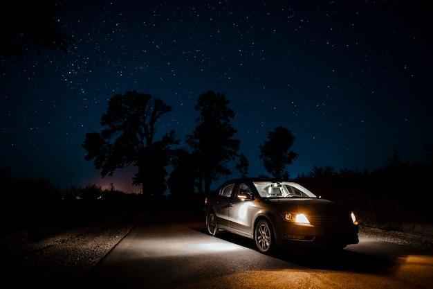 Schöner autowerbung in der nacht