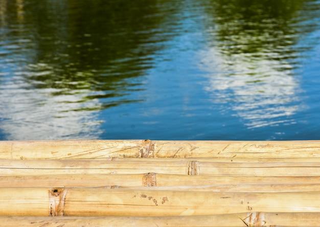 Schöner bambus- und flusshintergrund in thailand