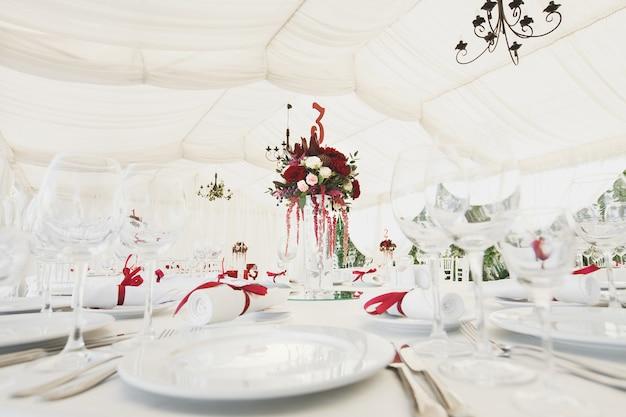 Schöner bankettsaal unter einem zelt für einen hochzeitsempfang. Premium Fotos