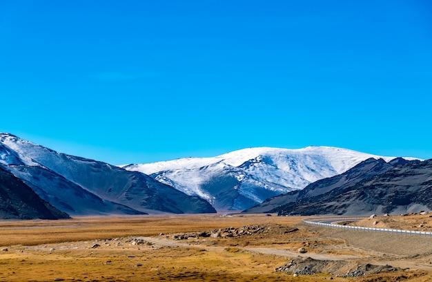 Schöner berg am straßenrand in khovd, mongolei