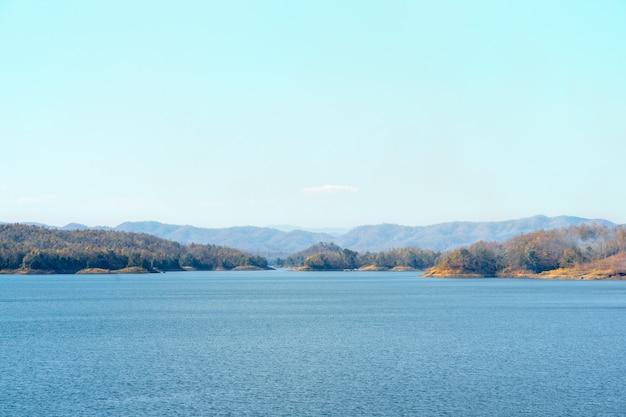 Schöner berg mit verdammungslandschaft in thailand.